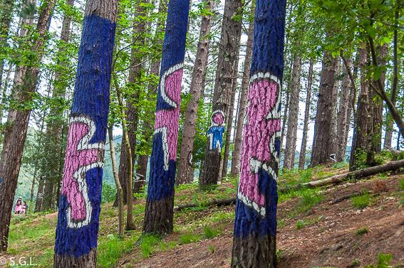 Niños en el bosque pintado de Oma de Ibarrola