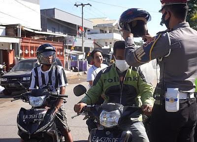 Polres Sumbawa Bagikan Masker dan Helm