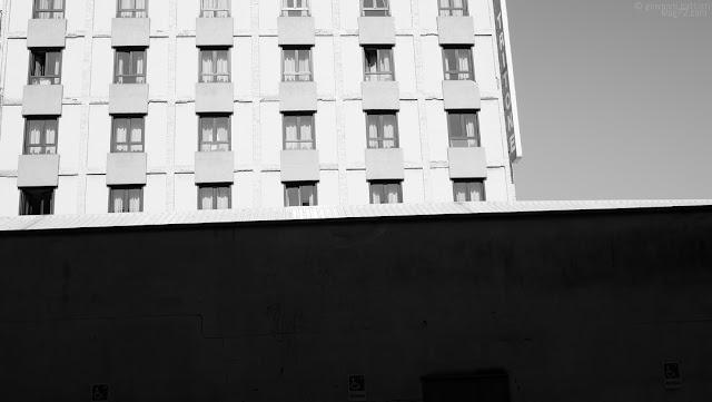 Finestre di albergo in piena luce
