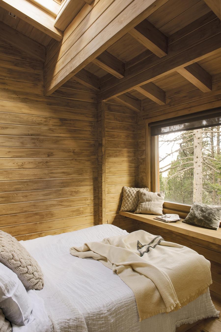 Drewniany domek w środku lasu - wystrój wnętrz, wnętrza, urządzanie mieszkania, dom, home decor, dekoracje, aranżacje, drewniany dom, drewno, eco, ekolodiczny, naturalny, cozy home, styl skandynawski, scandinavian style, otwarta przestrzeń, salon, living room, kuchnia, kitchen, jadalnia, wyspa kuchenna, sypialnia, bedroom, łóżko