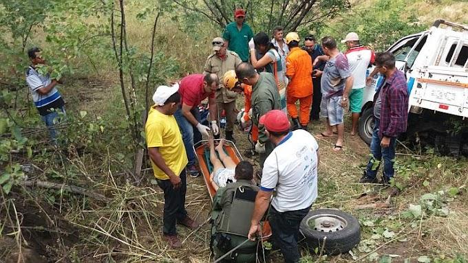 Caminhonete cai em ribanceira e vítimas são resgatadas por helicóptero da Ciopaer