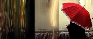 persona con paraguas rojo