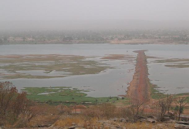 แม่น้ำที่ยาวที่สุดในโลก, แม่น้ำไนเจอร์เป็นแม่น้ำที่ใหญ่เป็นอันดับ 3 ที่สำคัญของทวีปแอฟริกา รองลงมาจากแม่น้ำไนล์และแม่น้ำคองโก (แม่น้ำซาอีร์)  แม่น้ำไนเจอร์อยู่ในส่วนแอฟริกาตะวันตกของประเทศมาลี ไนเจอร์ ไนจีเรีย ต้นน้ำอยู่ที่ประเทศเซียร์ราลีโอน ไหลลงสู่อ่าวกินี ทอดตัวยาวเป็นแนวกว่า 2500 ไมล์