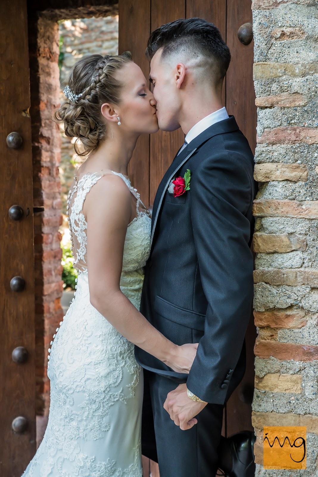 Fotografía de los novios besándose en la Alhambra