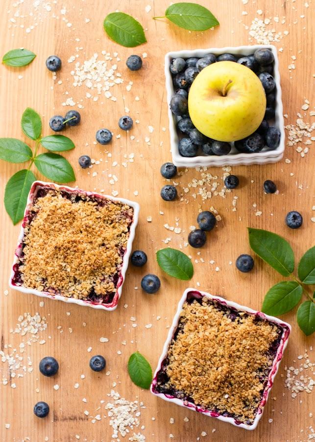 Crumble saludable de manzana y arándanos