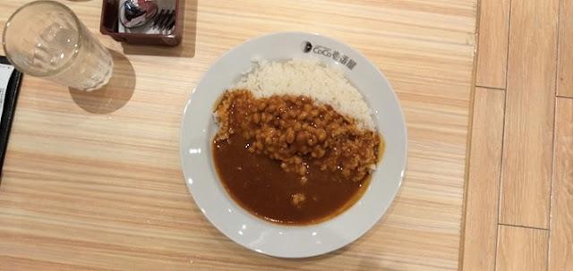 お皿に盛られた納豆カレー
