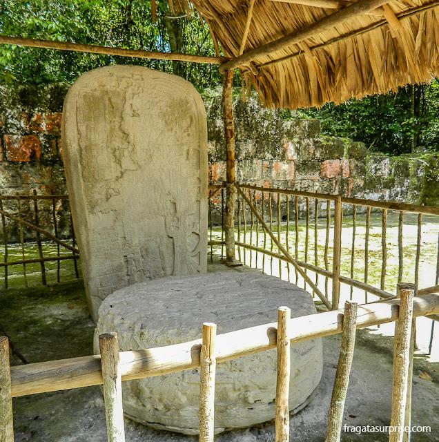 Estela de pedra com a imagem do rei Chitam em Tikal, Guatemala