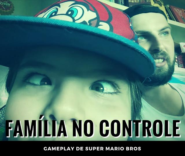 Banner do episódio de Família no Controle onde jogamos Super Mario Bros e na foto meu filho fazendo careta.