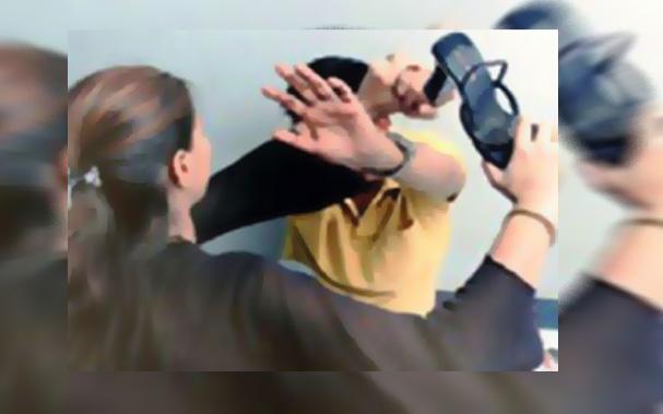"""VIDEO पत्रवार्ता : युवती से सरेराह छेड़छाड़ """"युवती ने निकाला सैंडल"""" और कर दी जमकर धुनाई .....पुलिस ने आरोपी युवक को भेजा जेल"""