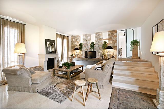 Boiserie c pietra legno bianco tortora for Arredamento casa bianco