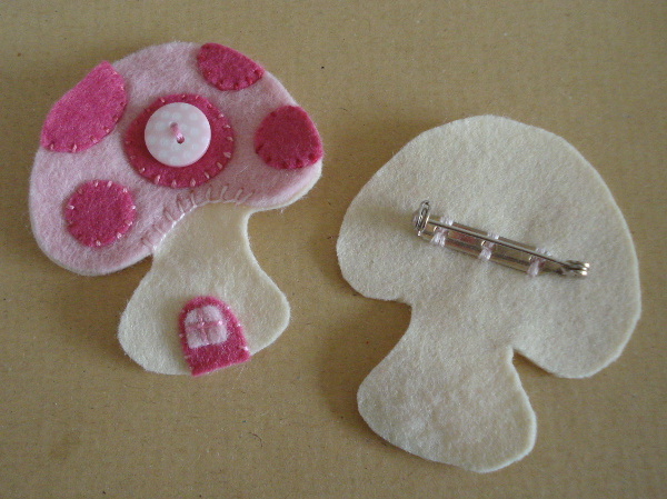 Front and back pieces of the mini felt plush pin brooch pink mushroom