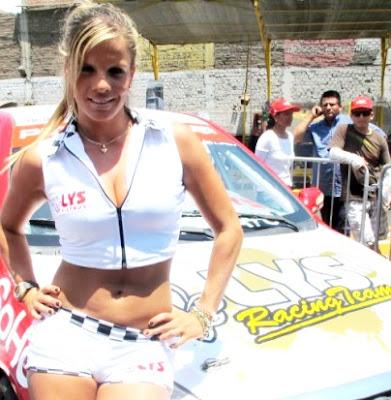 Foto de Alejandra Baigorria posando junto a un auto