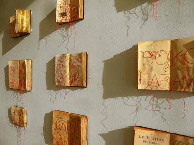 Livres au mur. Vue de l'exposition Centre de Planification Familiale