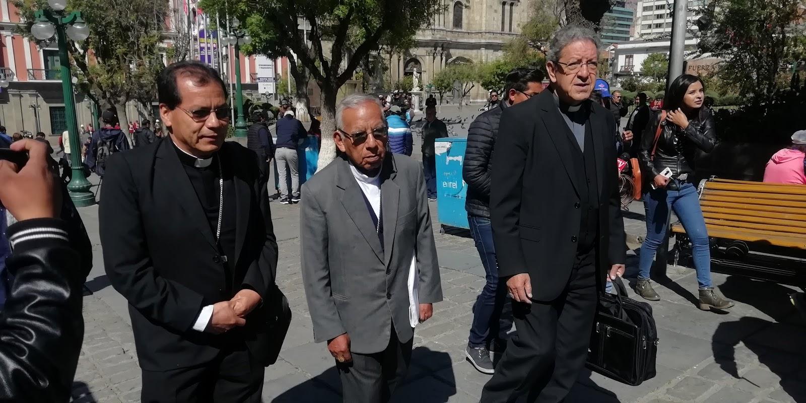 Cardenal Ticona acompañado por los miembros de la CEB en plaza Murillo / ABI