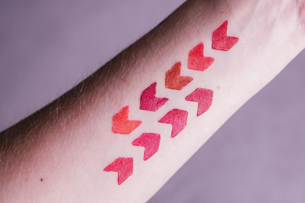 szminka Avon True Color Red -  swatche 9 kolorów na ręce