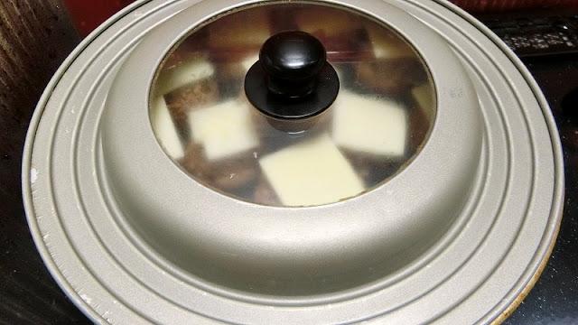 フライパンにしいたけを並べ入れ、蓋をして蒸し焼きにする