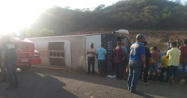 Ônibus da banda 'Gatinha Manhosa' tomba em rodovia do Piauí