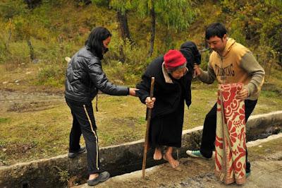 Menolong orang lain nenek menyebrang perbuatan anak mulia