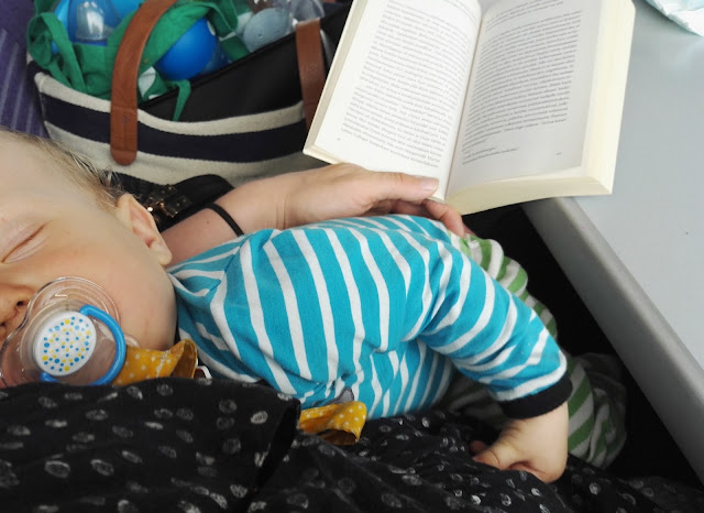 vauva nukkuu sylissä kirja