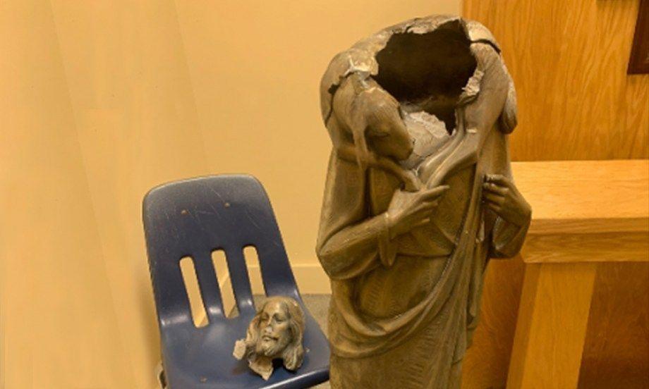 Geger kepala patung Yesus Dipenggal di halaman Gereja Katolik