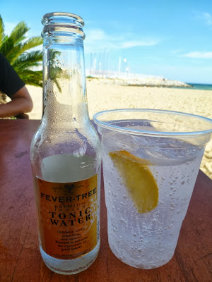 Gin tonic en vaso de plástico