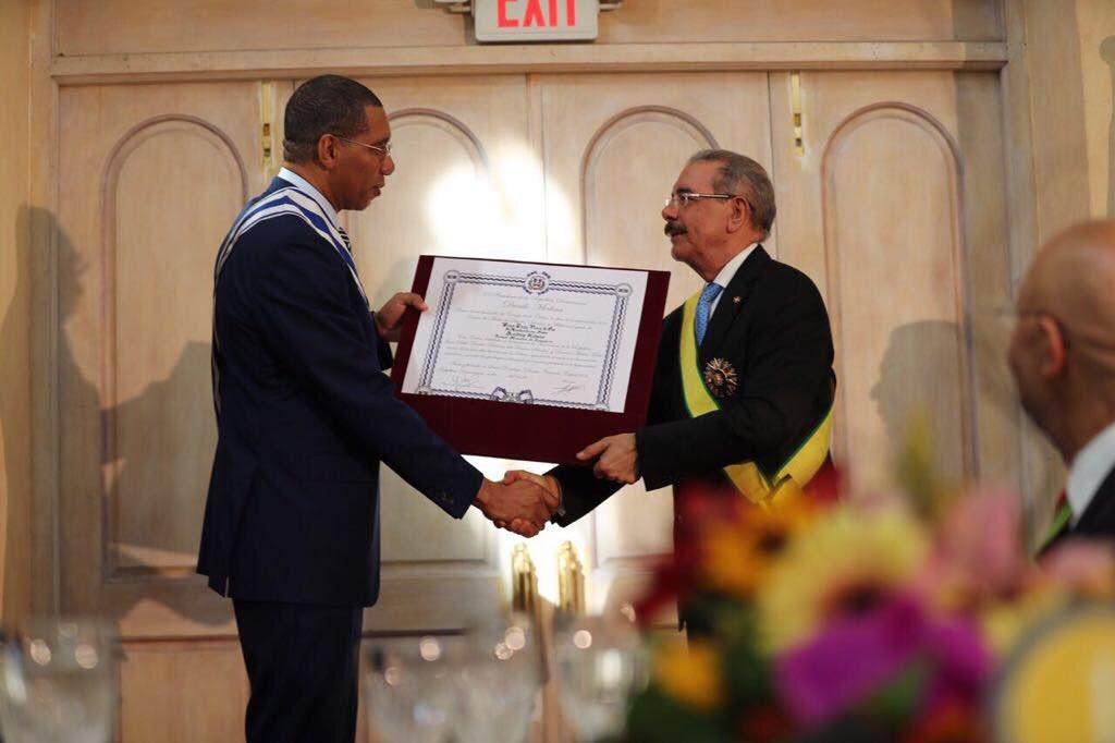 Danilo Medina y Andrew Holness reciben condecoraciones de gobiernos de Jamaica y RD,