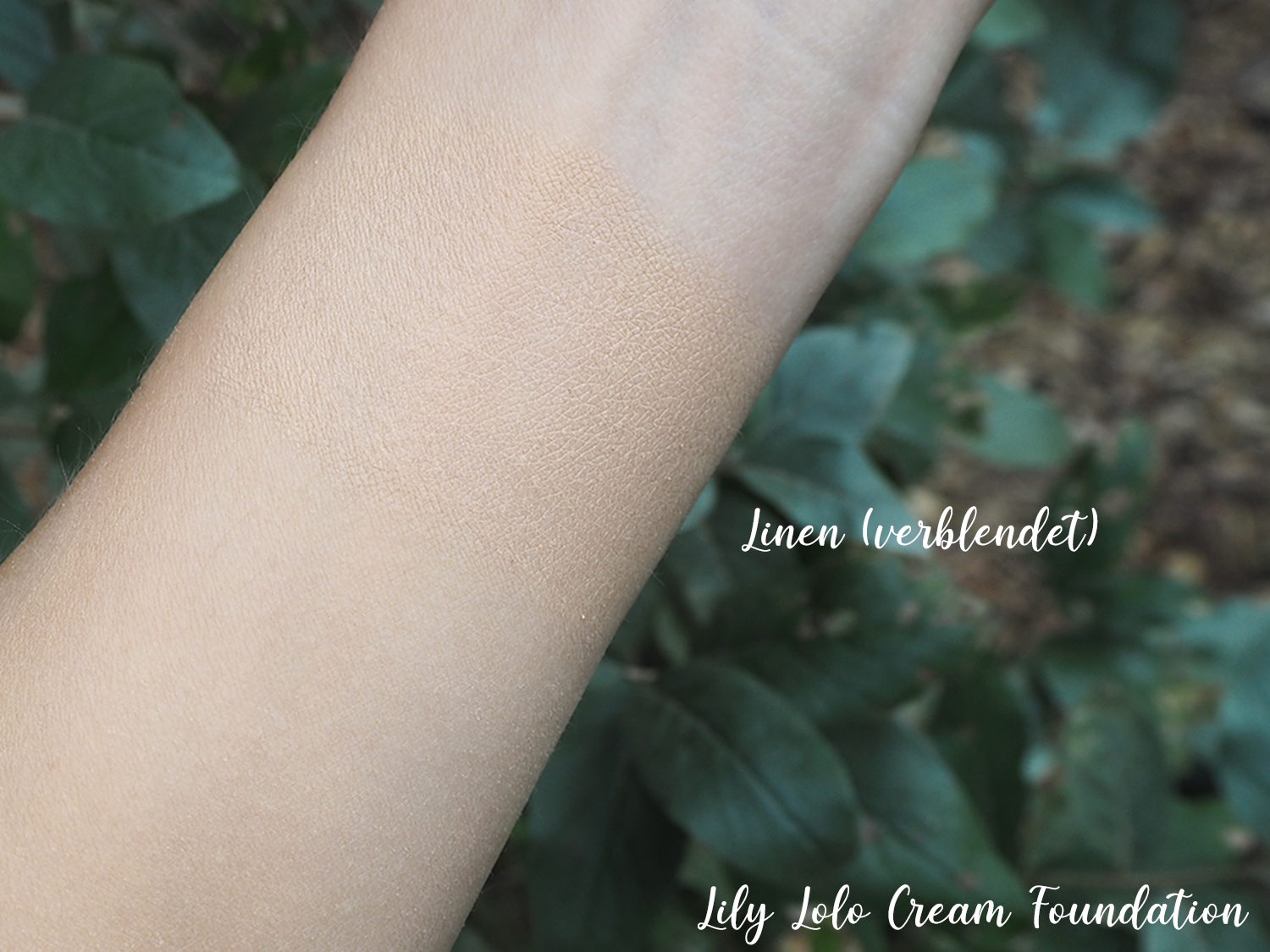 Lily Lolo Cream Foundation Swatch Linen verblendet