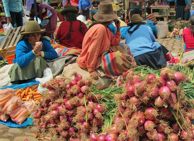 Nativos na feira de Pisac no Peru.