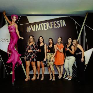 Artistas de Humor e Circo interagindo com convidados durante o evento de premiação do Grupo LÓcitanne em São Paulo.