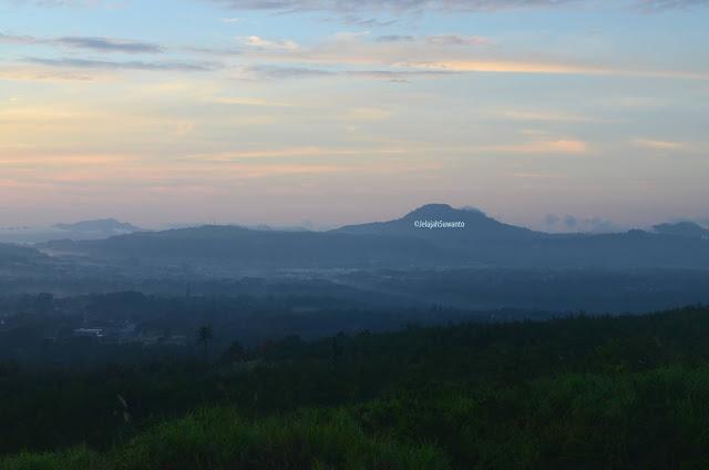 Tomohon baru saja menggeliat dari tidurnya, pemandangan dari kawah Tompaluan Gunung Lokon ©JelajahSuwanto
