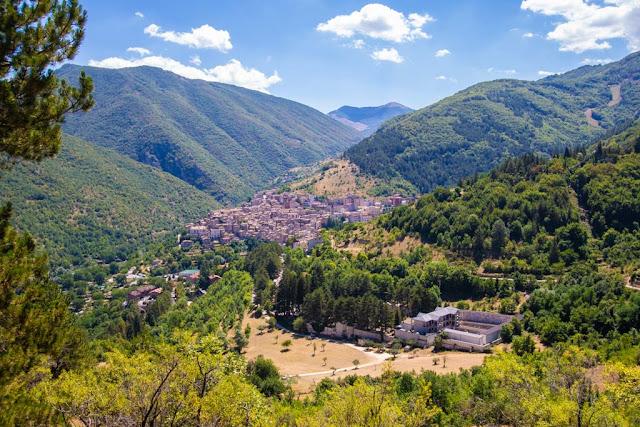 Borgo di Scanno all'altezza dell'Eremo di Sant'Egidio lungo il sentiero del cuore-Lago di Scanno