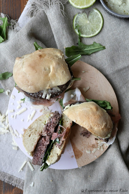 Ciabatta Wagyu-Burger mit Pesto-Limetten-Mayo | Rezept | Burger | Essen
