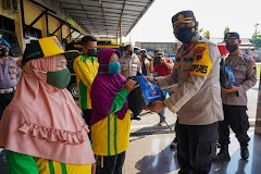 Polres Batang Bagikan Paket Sembako dari Pemerintah untuk Petugas Kebersihan