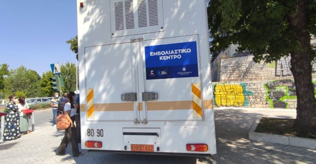 Με αντιδράσεις ξεκίνησαν οι εμβολιασμοί έξω από Ιερούς Ναούς στη Λάρισα