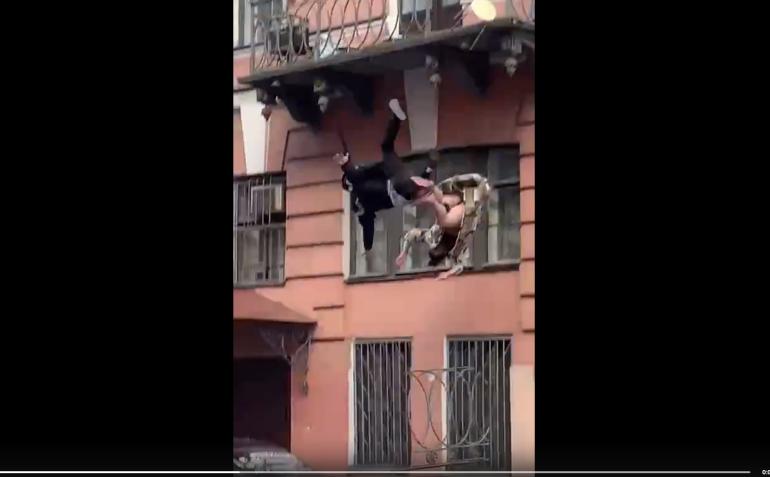 casal caindo de varanda
