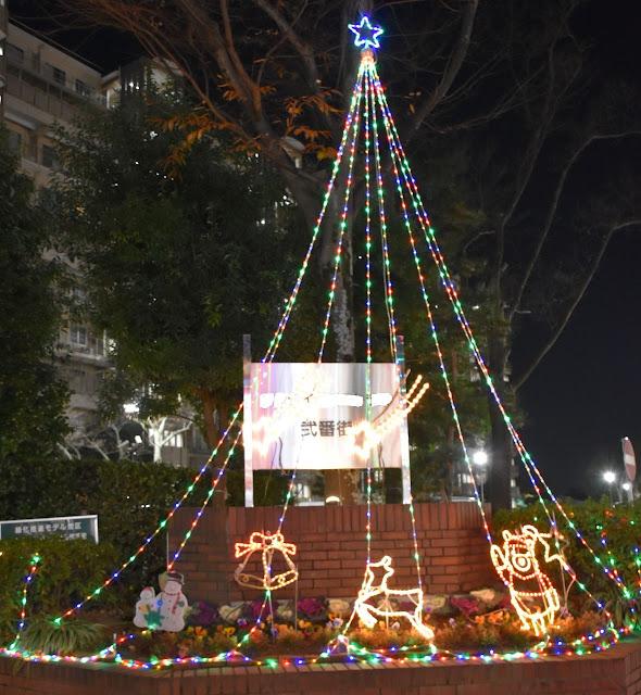 マンションの道路に面した一角に飾られたクリスマス・イルミネーション