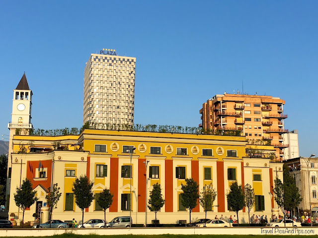 Vue du square Skenderberg à Tirana en Albanie