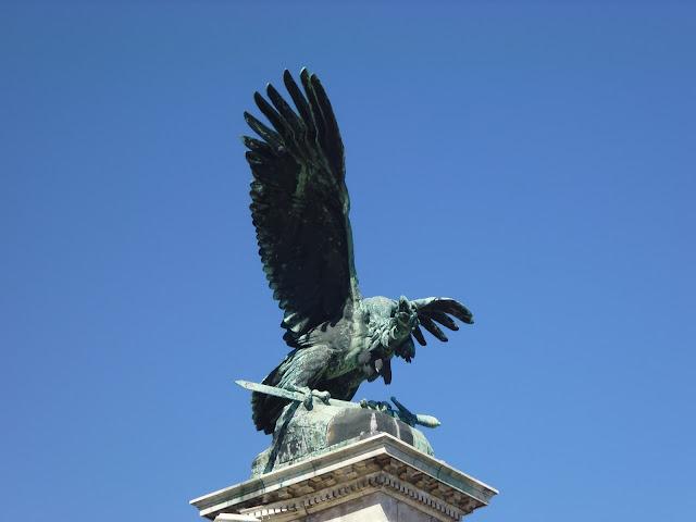 Estatua del Turul, pájaro guardián mítico de Hungría (Budapest) (@mibaulviajero)