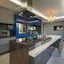 Cozinha moderna azul, cinza e branca com ilha e divisória de cobogó!