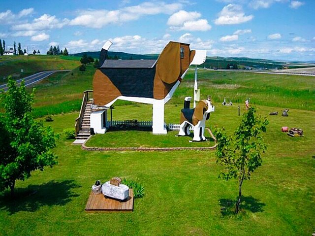 Idaho (Cottonwood) an unusual hotel in the shape of a giant beagle