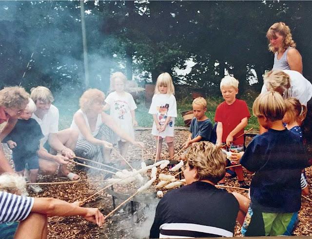 что такое хюгге, хюгге это простота, простое счастье, датчане на природе, хюгге летом, датчане жарят тесто на палке, хюгге вне дома, хюгге на природе, хюгге летом, простые радости, вылазка на природу в лес - DayDreamer Blog