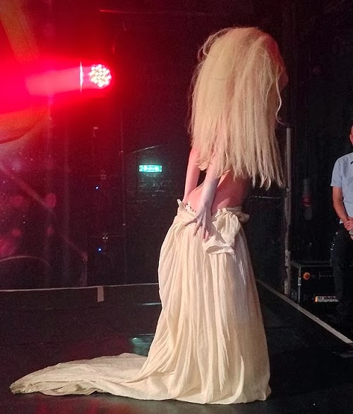 18 Photos Lady Gaga Strips Completely Naked On Stage At London Nightclub -2401