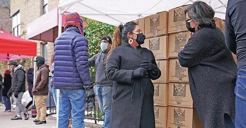 Desempregada, mulher vai às ruas para orar e distribuir alimentos a milhares nos EUA