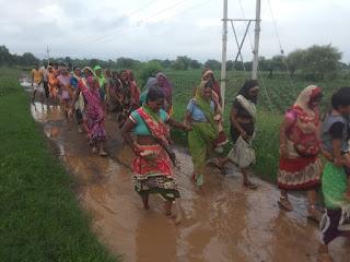 खराब सड़क को लेकर ग्रामीण महिलाओ ने खोला मोर्चा
