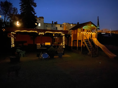 Terrasse und Spielhaus