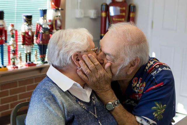 Ερωτεύθηκαν παράφορα στο σχολείο, χάθηκαν για έξι δεκαετίες και τώρα στα 80 τους παντρεύονται