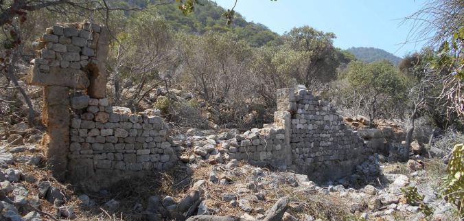 Dana Adası'ndaki kilisenin duvarı