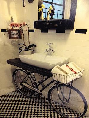 Un lavabo sostenido por una bicicleta, le dará un toque muy bonito a tu baño.