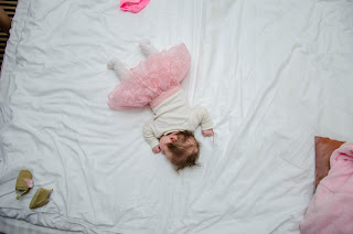spiace-dziecko-w-sukience