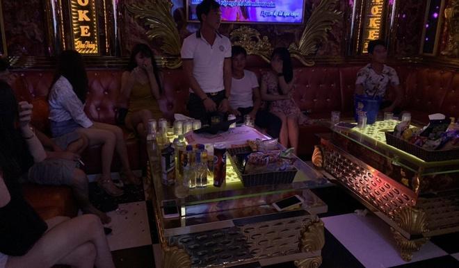 Quán karaoke đón khách giữa mùa dịch